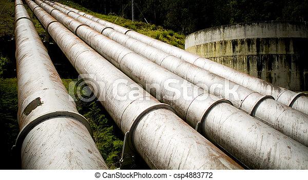 Las tuberías eléctricas masivas convergen en una colina - csp4883772