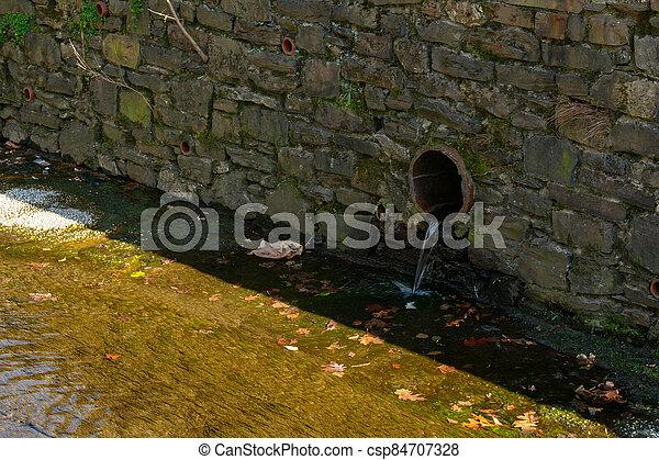 tubo, pared, primero, drenaje, artificial, guijarro, corriente - csp84707328