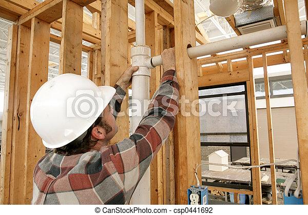 Trabajador de construcción conectando tuberías - csp0441692