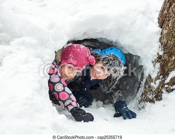 Kinder spielen in einem Schneetunnel - csp25355719
