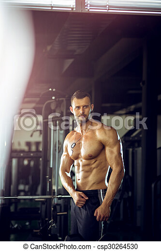 Ein Mann, der in der Turnhalle posiert - csp30264530