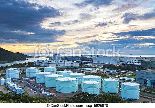 Tanques de petróleo en la penumbra - csp15925870