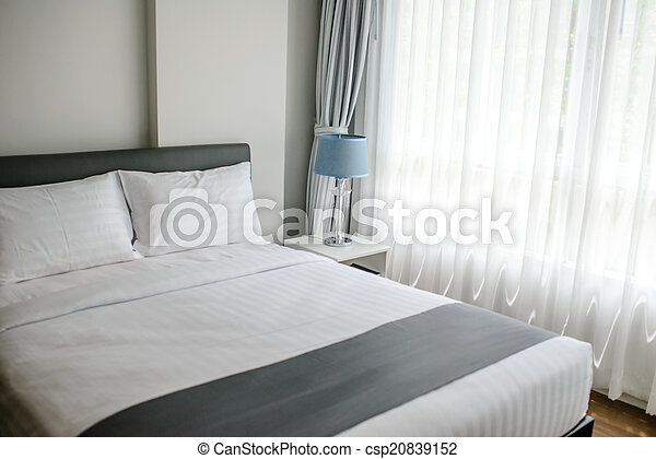 Schönes Bed in typisch zeitgenössischem Ambiente - csp20839152