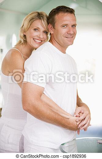 uśmiechanie się, łazienka, para biorąca w objęcia - csp1892936