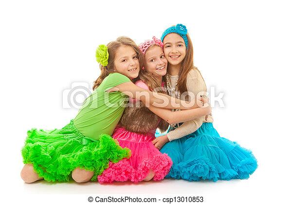 uśmiechanie się, przyjaciele przygarniające, szczęśliwy - csp13010853