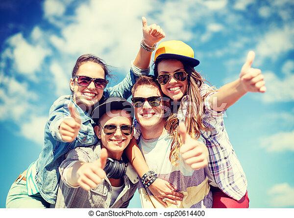 uśmiechanie się, zewnątrz, sunglasses, nastolatki, wisząc - csp20614400