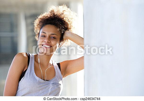 uśmiechnięta kobieta, młody, odprężając, lekkoatletyka - csp24634744