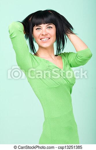 uśmiechnięta kobieta, zielone tło - csp13251385