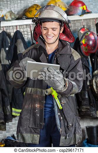 używając, cyfrowy, szczęśliwy, tabliczka, strażak - csp29617171
