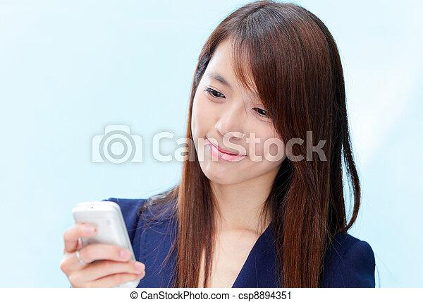 używając, kobieta, asian, cellphone - csp8894351