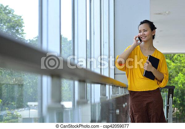 używając, kobieta handlowa, cellphone - csp42059077