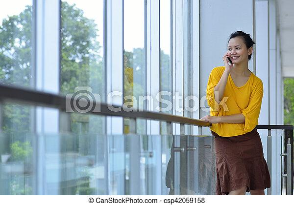 używając, kobieta handlowa, cellphone - csp42059158