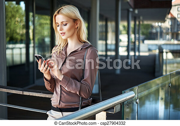 używając, smartphone, dama, blond, jej - csp27904332