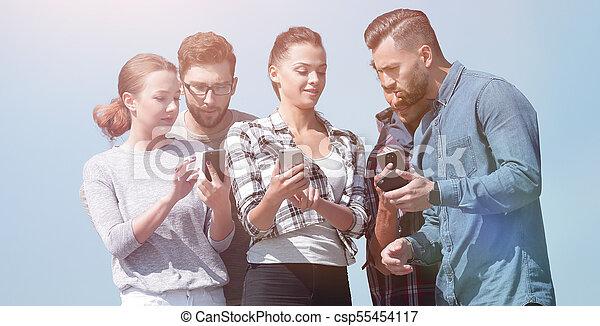 używając, smartphones., grupa, młodzież - csp55454117