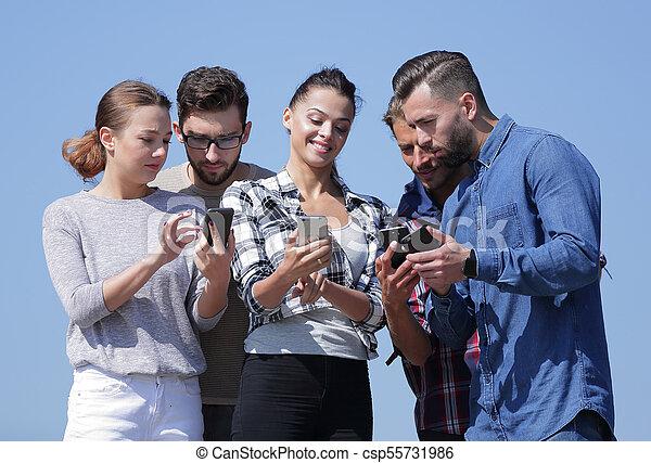 używając, smartphones., grupa, młodzież - csp55731986