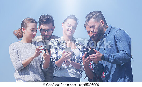 używając, smartphones., grupa, młodzież - csp65305006