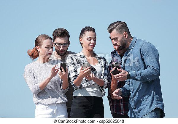 używając, smartphones., grupa, młodzież - csp52825848