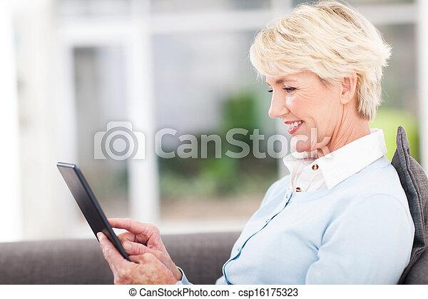 używając, starsza kobieta, komputer, tabliczka - csp16175323