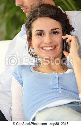 używając, uśmiechnięta kobieta, cellphone - csp8812318