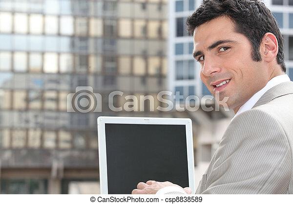 używający laptop, biznesmen, ekran, czysty - csp8838589