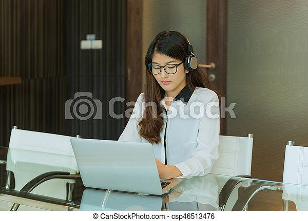 używający laptop, kobieta, asian handlowy - csp46513476