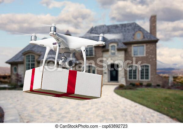 Sistema de aviones no tripulados (UAV) quadcopter dron entregando caja con cinta roja a casa - csp63892723
