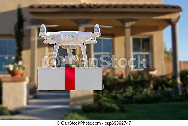 Sistema de aviones no tripulados (UAV) quadcopter dron entregando caja con cinta roja a casa - csp63892747