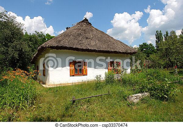 Una cabaña ucraniana con techo de paja - csp33370474