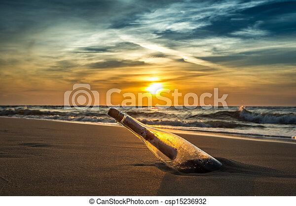 Alte Nachricht in einer Flasche am Meer - csp15236932