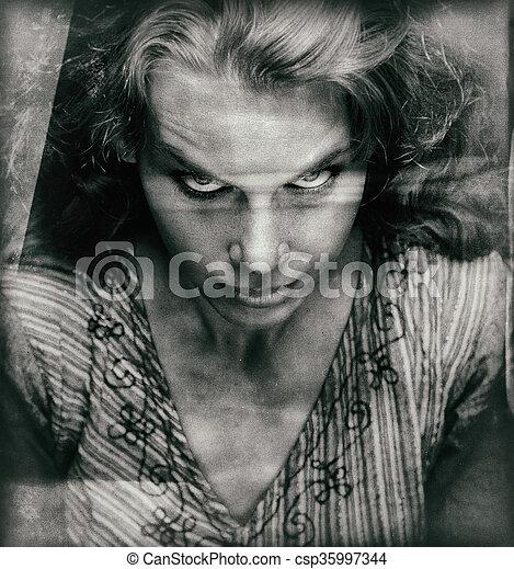 Vintage Portrait einer furchterregenden Frau mit bösem Gesicht - csp35997344