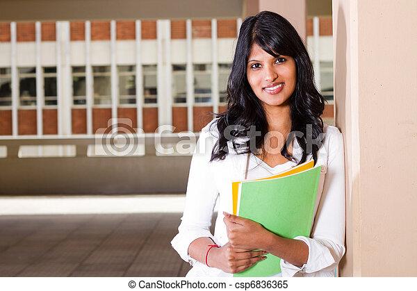 Estudiante universitaria femenina en el campus - csp6836365