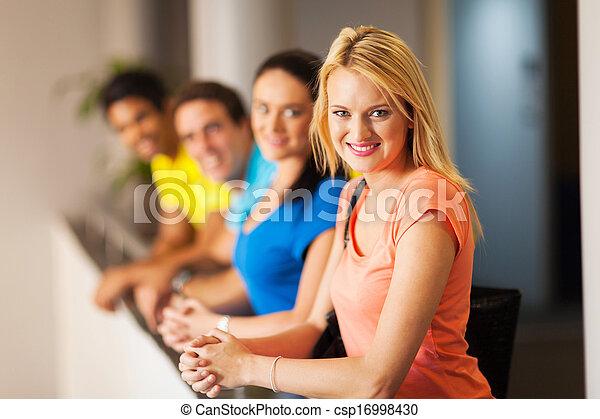 uniwersytet, przyjaciele, samiczy student - csp16998430