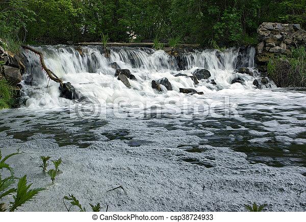 Wasserfall groß in der Waldform unten - csp38724933