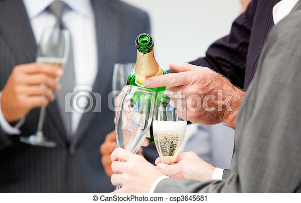uomo affari, primo piano, servire, champagne - csp3645681