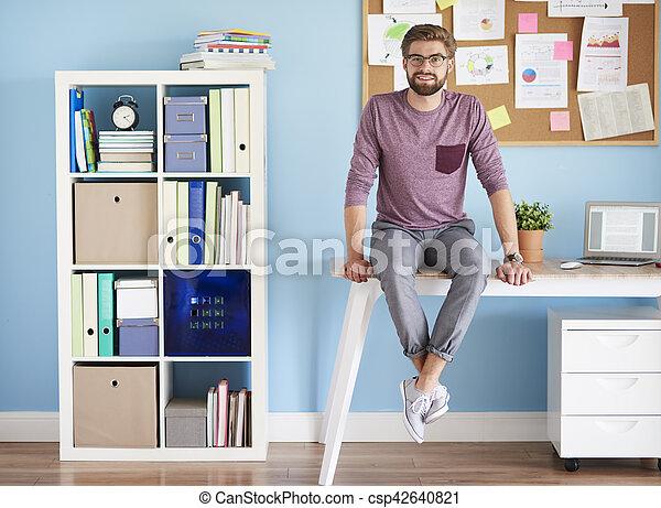 Scrivania Ufficio In Casa : Uomo casa scrivania ufficio seduta