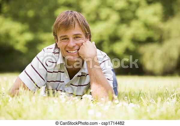 uomo sorridente, dire bugie, fuori - csp1714482