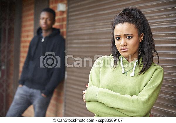 urbano, adolescente, armando, par, infeliz - csp33389107