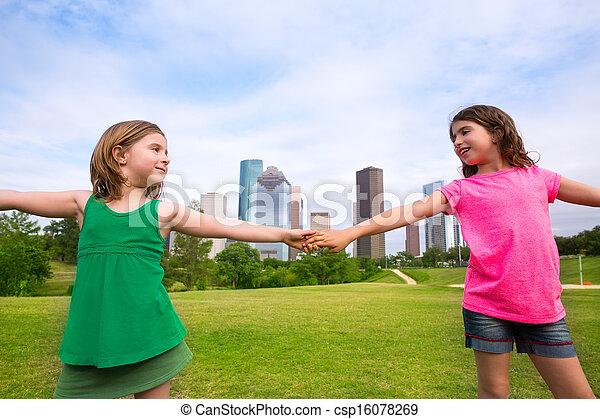 urbano, hermana, niñas, dos, mano, contorno, tenencia, amigos, juego - csp16078269