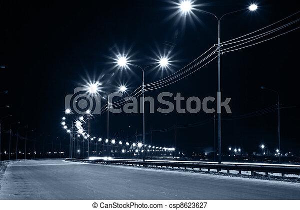 Calle urbana nocturna con luces de linternas - csp8623627