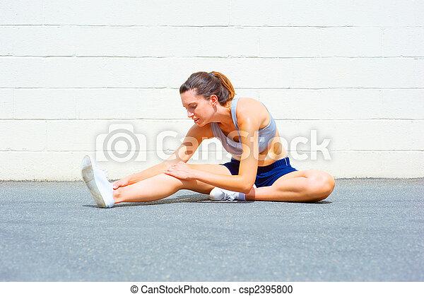 Mujer madura urbana haciendo ejercicio - csp2395800