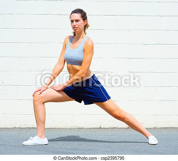 Mujer madura urbana haciendo ejercicio - csp2395795