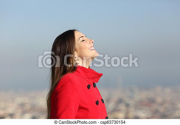 urbano, mulher, inverno, respirar, fundo, feliz - csp63730154