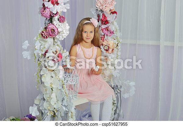 Una niña en un escenario urbano sonríe a la cámara. - csp51627955
