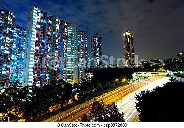 Urban con tráfico por la noche - csp8872880