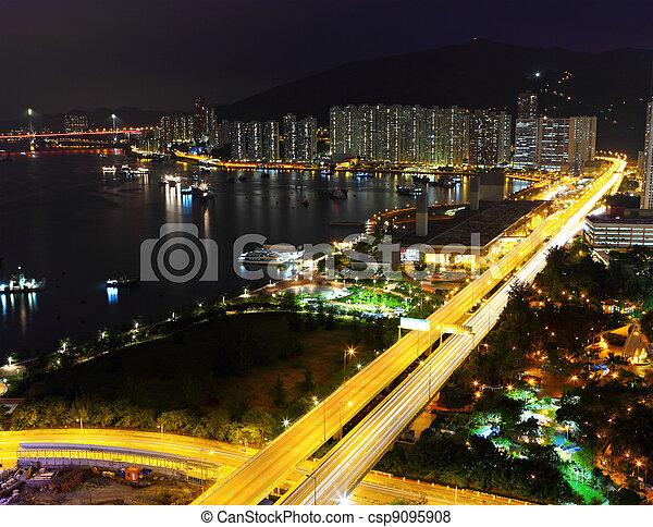 Urban con tráfico por la noche - csp9095908