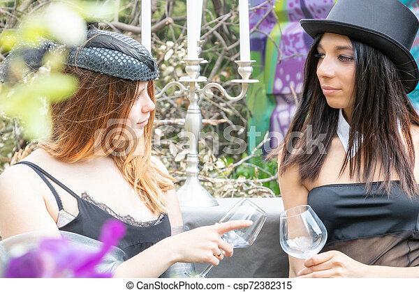urbex, groupe, multiethnic, disquette, steampunk, sommet, équipement, multiracial, élégant, noir, pendant, pique-nique, boire, chapeau, femmes - csp72382315