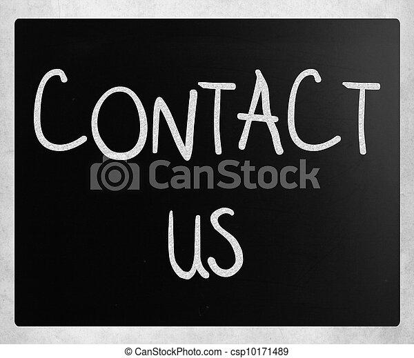 """""""contact us"""" escrito a mano con tiza blanca en una pizarra - csp10171489"""