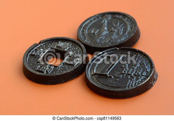 usa, produits, japon, comestible, euro, plastique, orange, mensonge, formulaire, trois, espèces, pièces, arrière-plan., chocolat, modèle - csp81149563