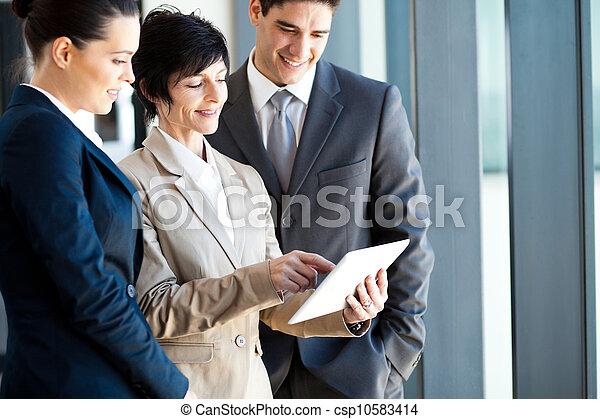 usando computador, negócio, tabuleta, pessoas - csp10583414