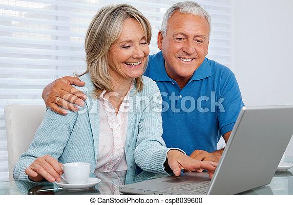 utilisation, couple, ordinateur portable, heureux - csp8039600